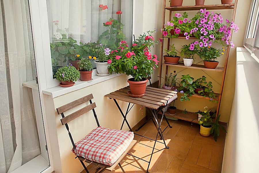 balkon ukrašen cvećem