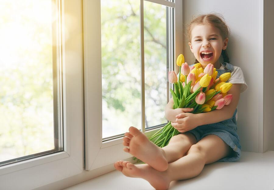 devojčica sa buketom cveća