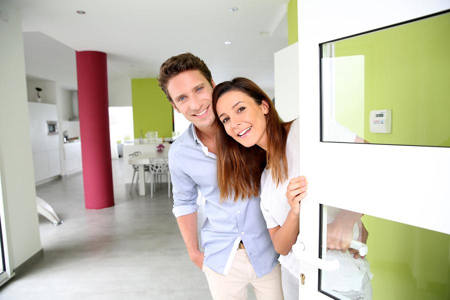 Mladi bračni par otvara vrata