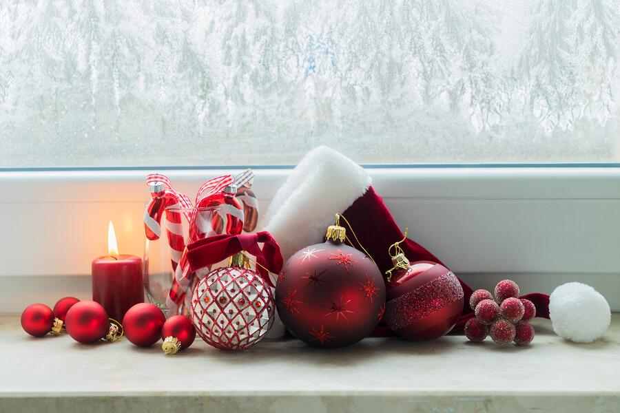 Praznično ukrašavanje prozora za Novu godinu i Božić